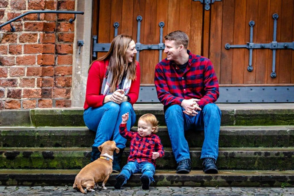 Familienfotoshooting Familie mit Kleinkind und Hund sitzend auf Treppen