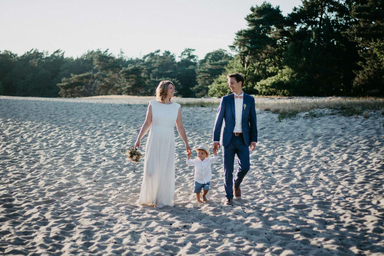 Brautpaar mit Kleinkind in den Duenen Verden