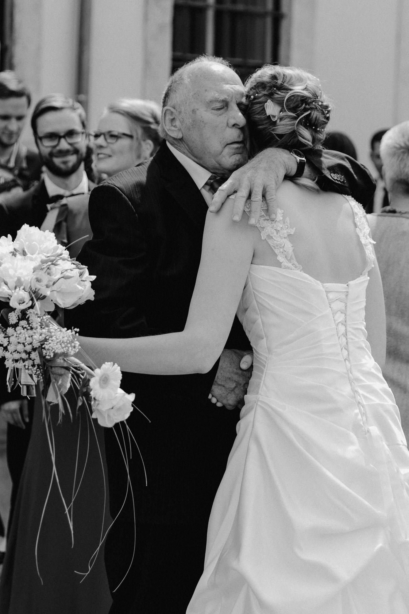 Braut mit Opa nach Trauung