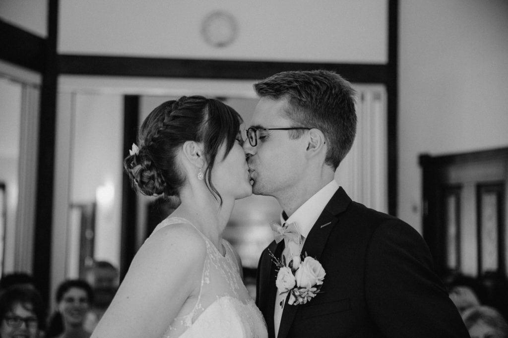 Brautpaar küsst sich Trauung