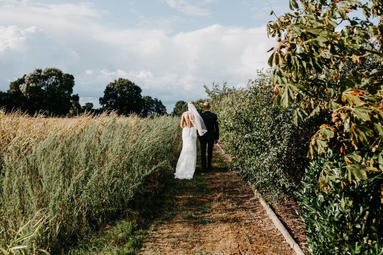 Hochzeitspaar auf dem Feld im Sturm